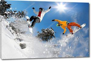 Сноубордист прыгнул на голубом небе