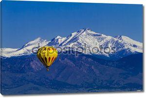 Воздушный шар на фоне скалистых гор