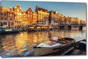 красивая ночь в Амстердаме. Ночная подсветка зданий