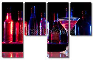Коктейльный бокал с напитком в баре