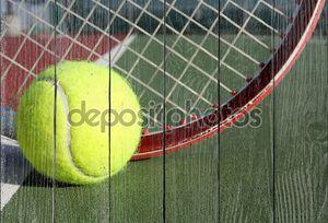 теннисный шар и ракетка