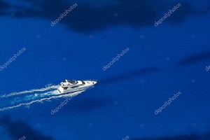 Вид сверху на яхту