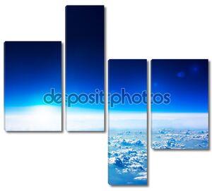 вид сверху земли. темно-синее небо и облака..