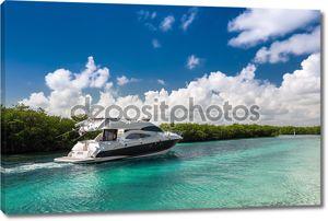 Комфортабельная моторная яхта парусная вне на море