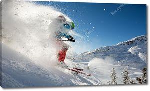 Лыжник летит вниз по склону