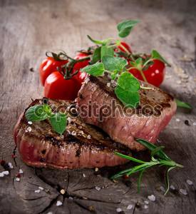 Стейки гриль с зеленью и помидорами