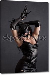 Женщина-кошка в кожаном костюме