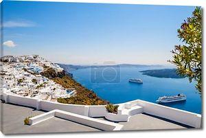 Прекрасный летний пейзаж. Белая архитектура на острове Санторини, Греция