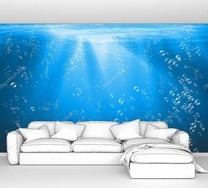 Голубое море под водой с воздушными пузырями