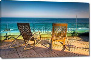 стулья на балконе с видом на Атлантический океан в Ревель hote