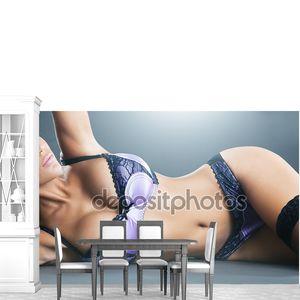 Тело женщины с длинными волосами в фиолетовый белье