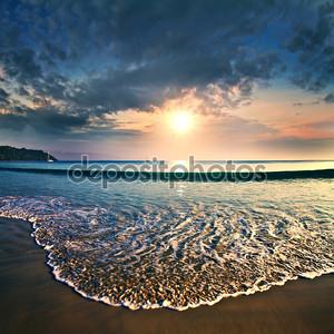 Летние море дизайн шаблона. Красивый закат на тропическом пляже с shorebreak и солнечного света на горизонте