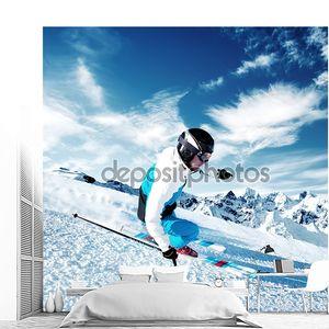 Лыжник на горном склоне