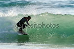 Серфер поймал океанскую волну