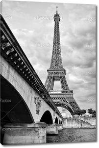 Эйфелеву башню от Сены под мостом