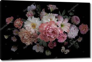 Букет красивых садовых цветов на черном фоне
