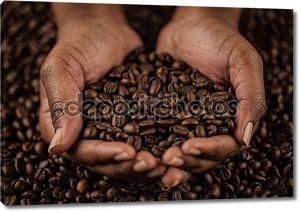 Руки, держа кофе