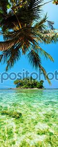Тропический остров. Панорамный вертикальная композиция.