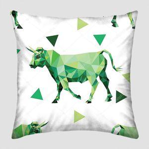 Узор с полигональными изображениями коров и треугольников