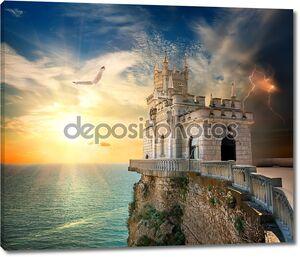 Замок Ласточкино гнездо на скале в Черном море