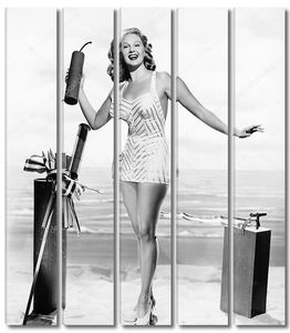 Женщина в купальнике с петардой в руках