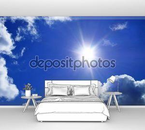 Голубое небо с облаками и лучи солнечного света