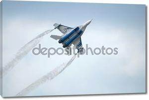 Военные самолеты летают в небе