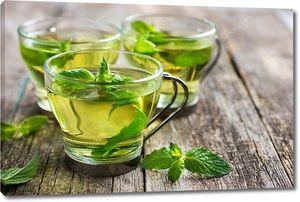Горячие мятный чай в стеклянной чашке