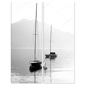 два паруса лодки ранним утром на горном озере. черно-белая фотография. Зальцкаммергут, Австрия.