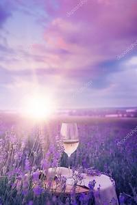 Вино Стекло против лаванды.