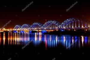Панорамная сцена ночи в Риге, Латвия