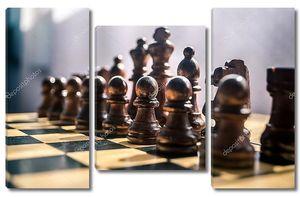 Деревянные шахматы на доске