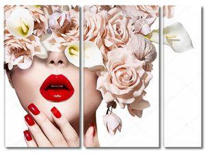 Лицо девушки с розами и сексуальными губами