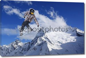 Летающий сноубордист на фоне гор
