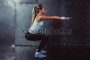 Спортивная(ый) молодая женщина фитнес-модель