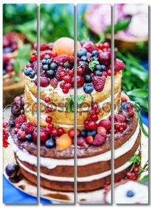 Голый свадебный торт с ягодами