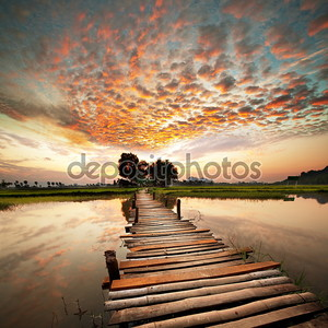 Красивый закат на реке