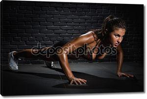 Женщина, толкая на этаже