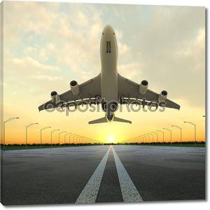 Взлет самолета в аэропорт в закате.