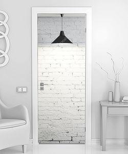 Лампа над кирпичной стеной