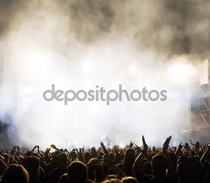 Толпу на концерте
