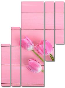 красивые тюльпаны в ведре на таблице крупным планом