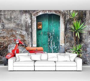 Красный скутер возле зеленой двери