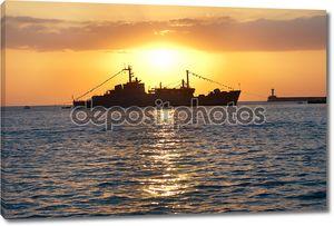 Военный корабль против закат
