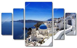Санторини остров с церквями и видом на море в Греции