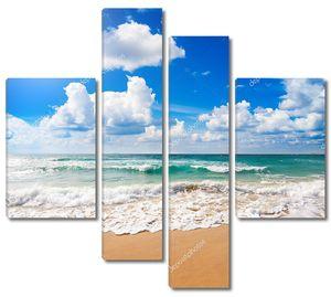 Волны накатывают на пляж