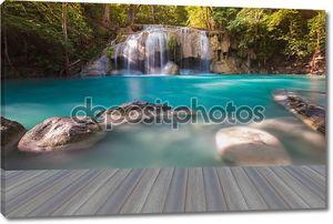 Открытие деревянный пол, водопад Глубокий лес в национальном парке