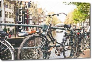 Винтажные велосипед перед центр города Амстердам, Нидерланды