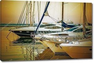 яхты, припаркованного на причале