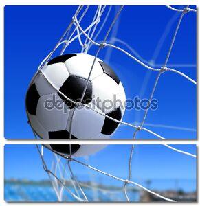 Футбольный мяч летит в сетку ворот